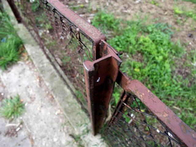 Specyficzny ślad przeszłości Lubina – szyny kolejki obsługującej cementownie posłużyły do budowy płot